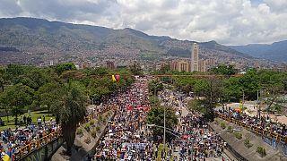 Kolombiya'da çoğunluğu öğrenci binlerce kişi, hükümetin ekonomi uygulamalarına tepki göstermesinin yanı sıra, gösterilerde yaşamını yitirenler nedeniyle polisi protesto etti