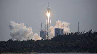 الصاروخ لحظة إقلاعه من الصين