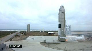 """صورة نشرتها """"سبيس إكس"""" تُـــظهر المركبة الفضائية بعد عودتها من اختبار طيران في بوكا تشيكا، تكساس، الولايات المتحدة، 5 مايو 2021"""