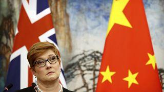 وزيرة الخارجية الأسترالية ماريس باين مستمعة إلى كلمة لنظيرها الصيني (أرشيف)