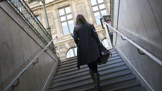 سيدة خارجة من إحدى محطات قطار المترو في باريس