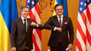 وزير الخارجية الأوكراني دميترو كوليبا (على اليمين) ووزير الخارجية الأمريكي أنتوني بلينكين، خلال لقائهما في كييف في 6 مايو 2021