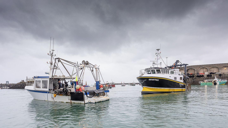 Francia halászbárkák néznek farkasszemet a brit hadihajókkal Jersey  partjainál - krónika