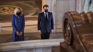 امانوئل ماکرون، رئیس جمهوری فرانسه و همسرش بر مزار ناپلئون