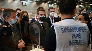 Emmanuel Macron, le président français, et son ministre de la Santé, Olivier Véran, en visite dans un centre de vaccination à Bobigny, le 6 mai 2021