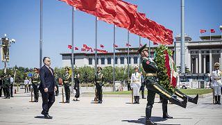 2017 májusa: Orbán Viktor koszorúz a pekingi Tienanmen téren