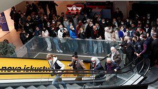 طوابير من الناس في براغ ينتظرون دورهم بالحصول على اللقاح المضاد لكوفيد-19