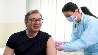 """الرئيس الصربي ألكسندر فوتشيتش يتلقى لقاح """"سينوفارم"""" الصيني المضاد لفيروس كورونا، 6 نيسان/أبريل 2021"""