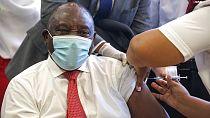 Cyril Ramaphosa salue la position de Joe Biden sur la levée des brevets