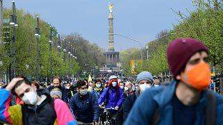 Kerékpáros antikapitalisták maszkban, távolságtartás nélkül Berlinben május 1-én