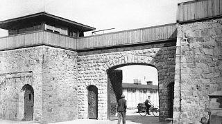 Entrada principal al campo de concentración de Mauthausen poco después de su liberación