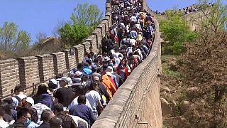 Marea humana en la Gran Muralla de China, abarrotada por el turismo interno