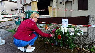 نثار گل در محل قتل زنی که در غرب فرانسه زنده سوزانده شد