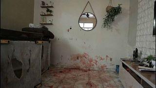 Imagen de una habitación con el suelo cubierto de sangre en la favela Jacarezinho