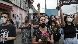 Proteste dei parenti delle vittime contro la polizia dopo la sparatoria della favela Jacarezinho.