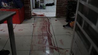 Blut auf dem Boden eines Hauses nach einem Polizeieinsatz gegen Drogenhändler in der Favela Jacarezinho in Rio de Janeiro
