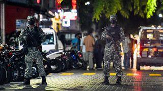عناصر من الأمن ينتشرون في مكان محاولة اغتيال رئيس المالديف السابق ورئيس البرلمان الحالي محمد نشيد. 06/05/2021
