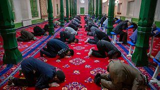 Doğu Türkistan'ın Kaşgar kentindeki İdgah Camisi'nde namaz kılan vatandaşlar