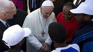 Ferenc pápa afrikai bevándorlók gyűrűjében