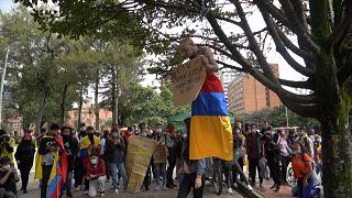 آویزان شدن از پوست و رقص در خیابان؛ شیوههای تازۀ اعتراض در کلمبیا