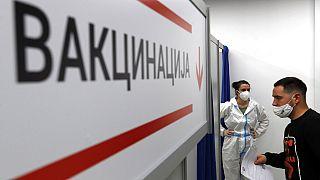 Le président serbe, Aleksandar Vučić, a annoncé que les personnes âgées de plus de 16 ans se faisant vacciner contre le COVID-19 recevraient 3 000 RSD (25 euros).