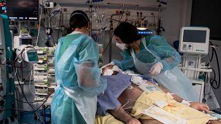 Fransa'da yoğun bakımdaki Covid-19 hastaları