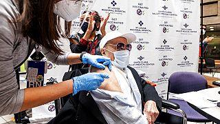 6 maggio 2021: il 106enne Ton Tran riceve la seconda dose del vaccino Pfizer a San Jose, California