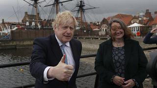 İngiltere başbakanı Boris Johnson ve Hartlepool'da ara seçimi kazanan Jill Mortimer