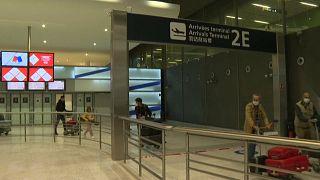 Des voyageurs arrivant à l'aéroport Roissy-Charles de Gaulle en France