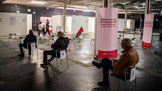 """مواطنون في السويد داخل مركز صحي بالعاصمة استوكهولم ينتظرون دورهم لتلقي اللقاح المضاد لـ""""كورونا"""""""