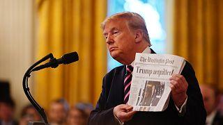 Az elnök a Post címlapját mutatja tavaly februárban, impeachment alóli felmentése után