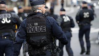 Fransa'nın başkenti Paris'te düzenlenen bir gösteriye müdahale eden polis (arşiv)