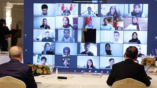 """Cumhurbaşkanı Recep Tayyip Erdoğan, """"81 ilden 560 gençle En Uzun İftar Sofrası"""" programına videokonferans aracılığıyla bağlandı. Erdoğan, gençelerin sorularını yanıtladı"""