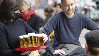 Tutto esaurito e birra a fiumi nei bar all'aperto di Bruxelles!