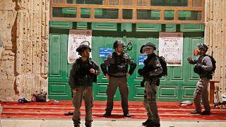عناصر من الشرطة الإسرائيلية خلال اقتحام المجد الأقصى بالقدس. 07/05/2021
