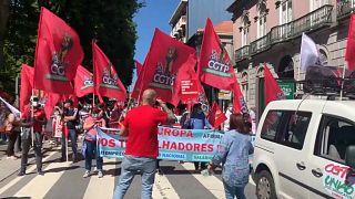 Tüntetők fogadták az uniós vezetőket Portóban
