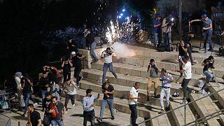 Granadas de atordoamento lançadas pelas IDF contra palestinianos em Jerusalém