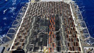 نمایی از تسلیحات کشف شده در قایق چوبی بادبانی در دریای عرب