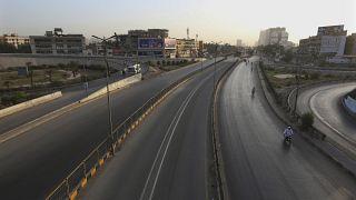 الشوارع خالية من المركبات تماما بمدينة كراتشي بعد فرض الحكومة الباكستانية الإغلاق لمكافحة وباء كورونا. 09/05/2021