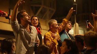 Jóvenes celebran en Barcelona el final del estado de alarma