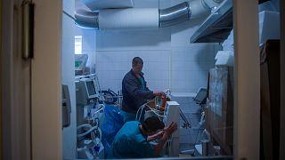 Műszerészek lélegeztető gépeket ellenőriznek egy raktárban