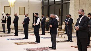 الملك عبد الله أثناء الصلاة