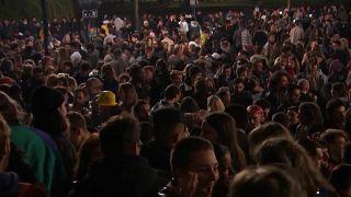 Tausende feiern in Brüssel: Polizei greift ein