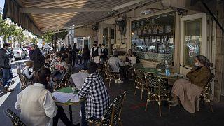 Vendégek egy jeruzsálemi étterem teraszán, a márciusi nyitáskor