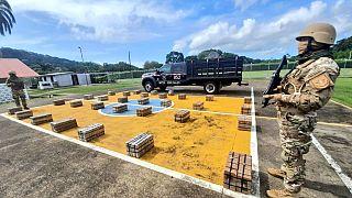 Her hafta limanlarda yüzlerce kilo uyuşturucu madde ele geçiren SENAN askerlerinden bir akre.