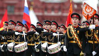 Orosz katonai főiskolások menetelnek a moszkvai katonai díszszemlén
