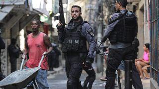 Rendőrök a kábítószercsempészek elleni művelet során Rio de Janeiro egyik nyomornegyedében 2021. május 6-án