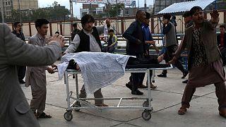 نقل مصاب إلى مستشفى بعد انفجار قنبلة بالقرب من مدرسة في غرب كابول، أفغانستان.