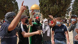 متظاهرون فلسطينيون  في المسجد الأقصى بالقدس