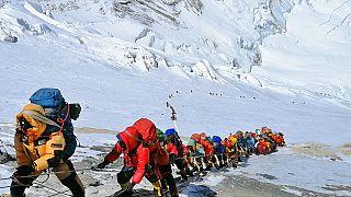 Everest Tepesi'ne Nepal-Çin sınırı hattında tırmanan dağcılar.